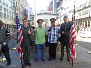 أمام نقطة العبور بين السور مع ممثلي دول الحُلفاء و المحور و القبعة السوفيتة المشهورة للجيش الأحمر